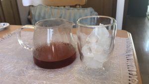 抽出した紅茶を氷がたくさん入ったグラス