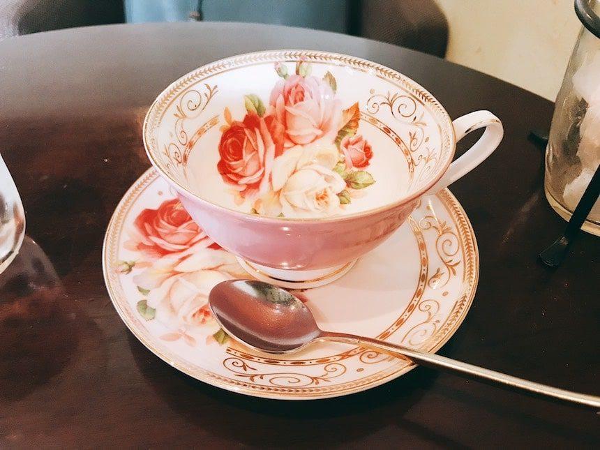 カフェドSaRaのピンク色でバラの柄のティーカップ