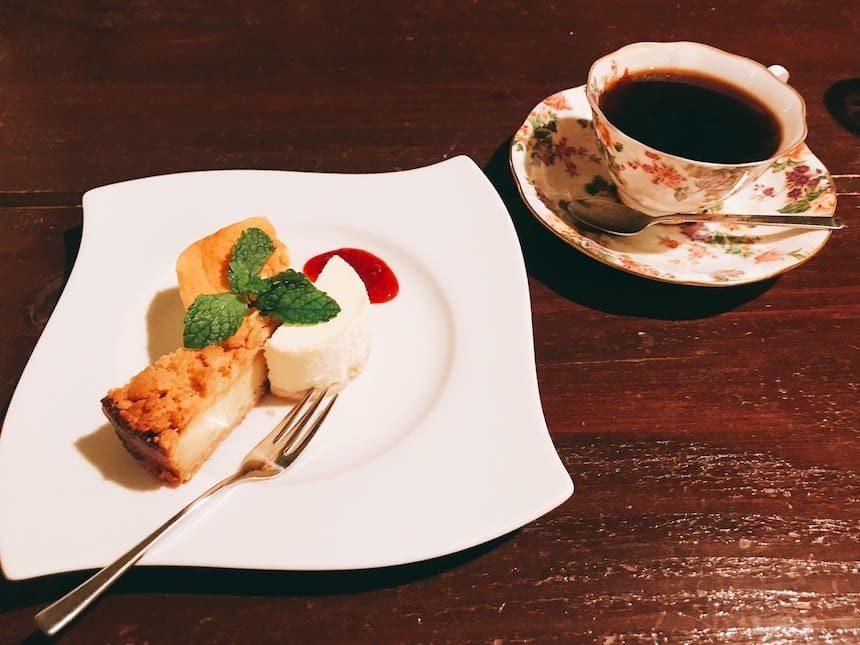 カフェドSaRaのコーヒーとチーズケーキ