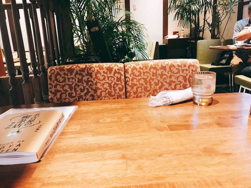 喫茶ニューポピーの広い机