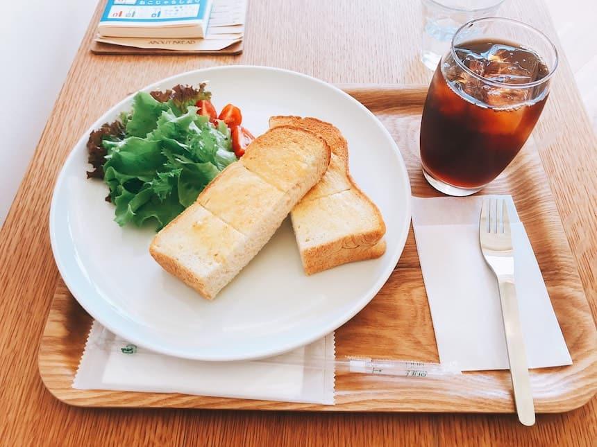 suidomichicoffeeのモーニング(トーストとサラダとアイスコーヒー)