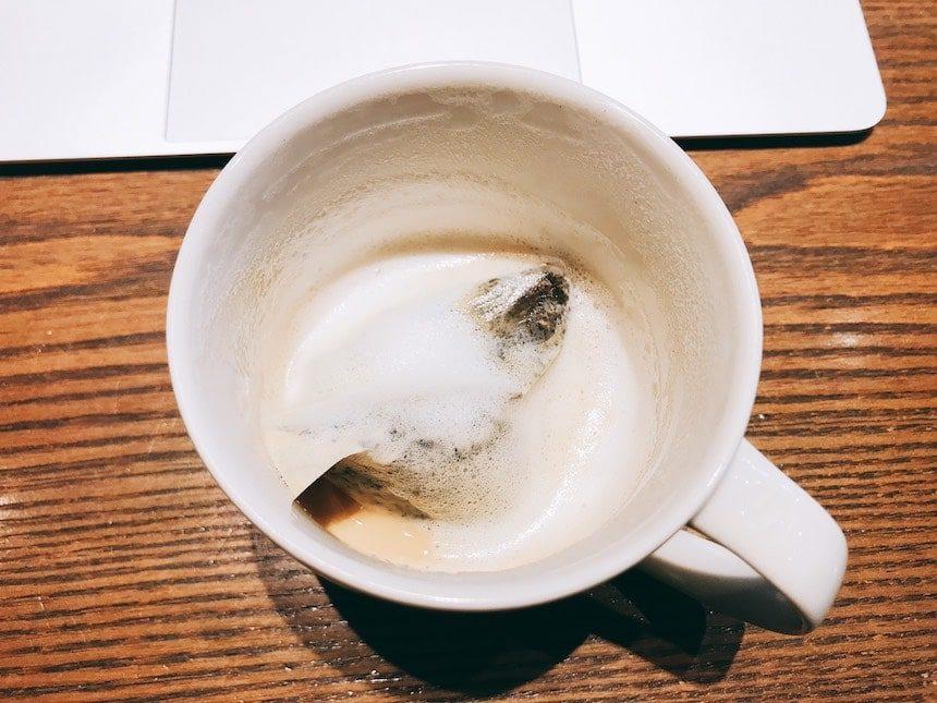 ほうじ茶ティーラテを飲み終えた様子